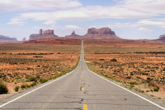 Route 66 traversant Monument Valley